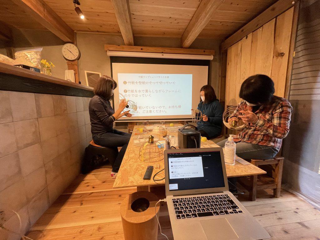 竹紙ランプシェード作り体験の様子